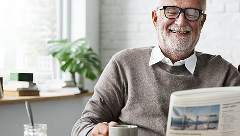 Ein Bild eines alten Mannes, der Zeitung liest
